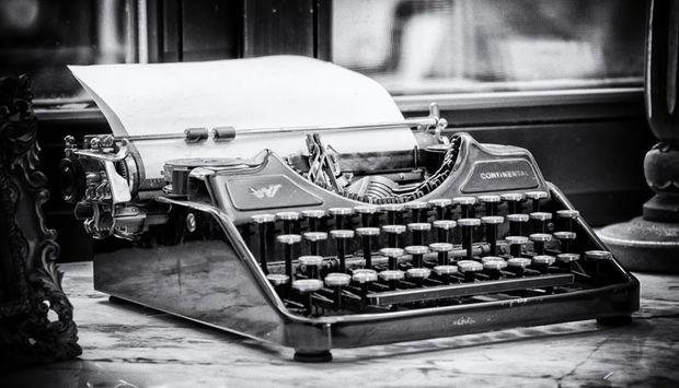 Eine alte Schreibmaschine mit einem Blatt darin. Das Bild wird als Teaser für Veranstaltungen mit der Zielgruppe Journalisten verwendet.