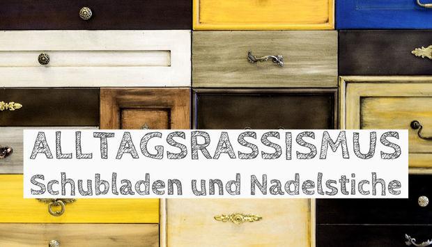 Ein Biöd mit bunten Holzschubladen im Hintergrund. Davor in gemalter Schrift der Veranstaltungstitel: Alltagsrassismus: Schubladen und Nadelstiche.