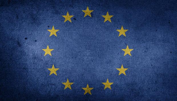 Eine düstere Version der Europaflagge. Ein Kreis aus gelben Sternen auf blauem Hintergrund.