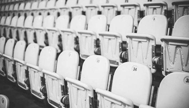 Das Bild zeigt mehrere Stuhlreihen eines Hörsaals