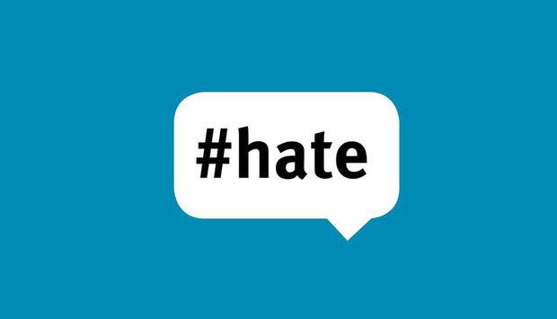Abgebildet ist eine weiße Sprechblase auf türkisfarbenem Grund mit der Aufschrift #hate.
