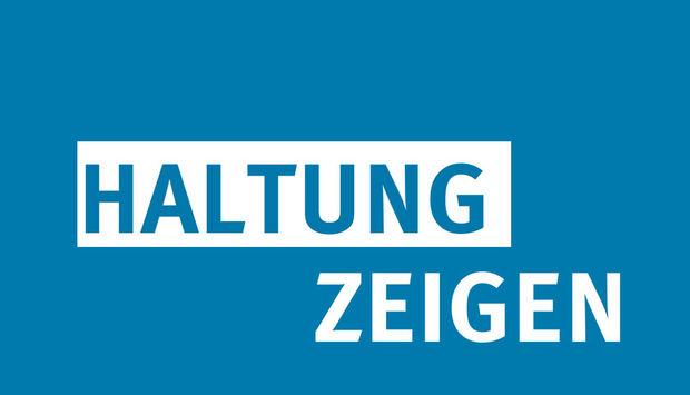 Aub blauem Hintergrund stehen die Worte Haltung zeigen in Großbuchstaben.