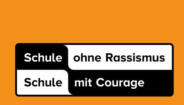 """Das Bild zeigt den Spruch """"Schule ohne Rassismus, Schule mit Courage"""" auf orangenem Hintergrund"""