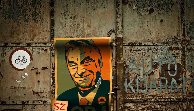 Eine Hauswand mit einem Plakat mit Viktor Orban im Obama Style.