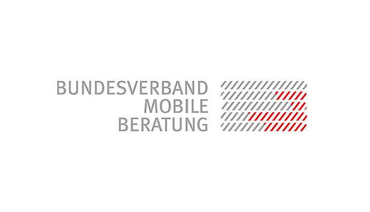 Auf weißem Hintergrund das Logo des Bundesverbans Mobile Beratung, im Bild Links der Schriftzug Bundesverband Mobile Beratung.