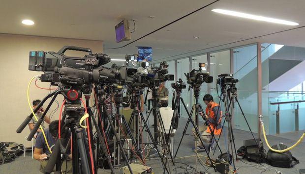 In einem Glasbau sind 10 Kameras auf Stativen aufgebaut. Sie zeigen nach rechts ins Leere.