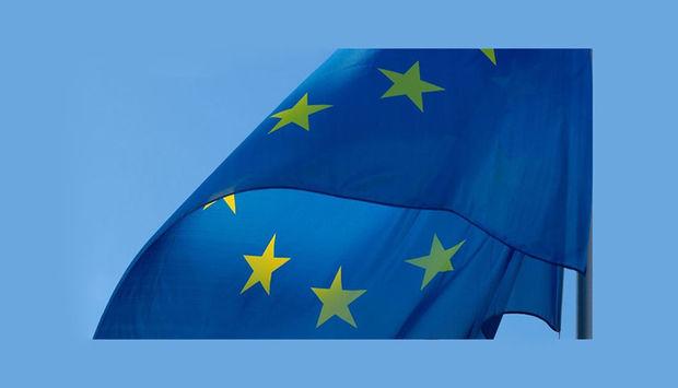 Abbildung der Europaflagge, blau mit gelben Sternen.