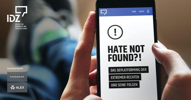Aus dem Blickwinkel eines Handynutzers, der das Smartphone in der Hand hat sieht man den Bildschirm mit folgendem Inhalt: HATE NOT FOUND?! Das Deplattforming der extremen Rechten und seine Folgen.