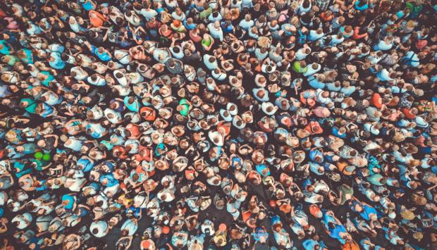 Aus der Vogelperspektive eine große Masse an Menschen von oben ohne dass man die einzelnen Personen noch erkennen könnte.