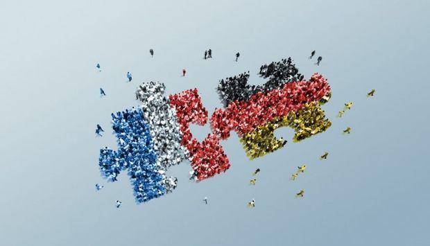 Wei Puzzelteile aus kleinen Menschen vor blauem Hintergrund. Die Menschen der beiden Puzzleteile sind in den Nationalfalggen Frankreichs udn Deutschlands eingefärbt.