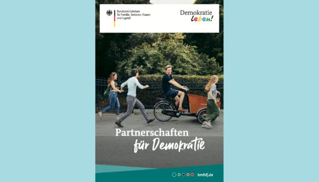 Das Titelbild der Broschüre des Bundesprogramms Demokratie leben! über die lokalen Partnerschaften für Demokratie: Junge Leute laufen um eine Frau, die mit einem E-Lastenrad fährt. Das bild steht für Dynamik udn Aufbruch sowie lokales Engagement.