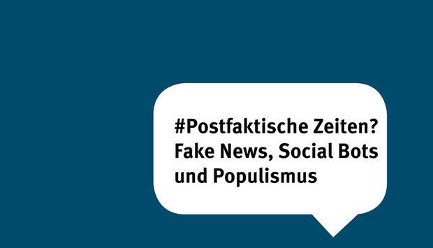 Eine Sprechblase auf blauem Hintergrund mit dem Text: Postfaktische Zeiten? Fake News, Social Bots und Populismus