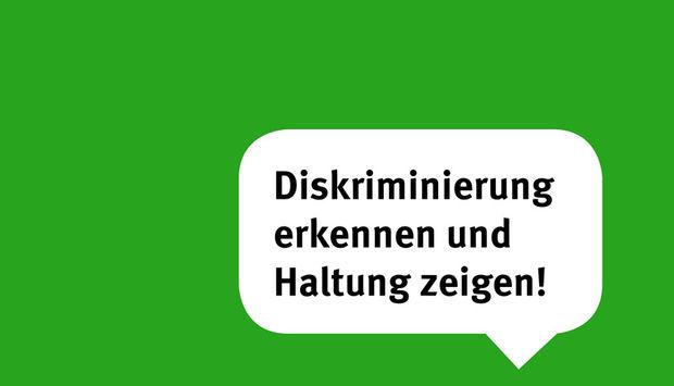 eine Sprechblase auf grünem Hintergrund mit dem Text: Diskriminierung erkennen und Haltung zeigen
