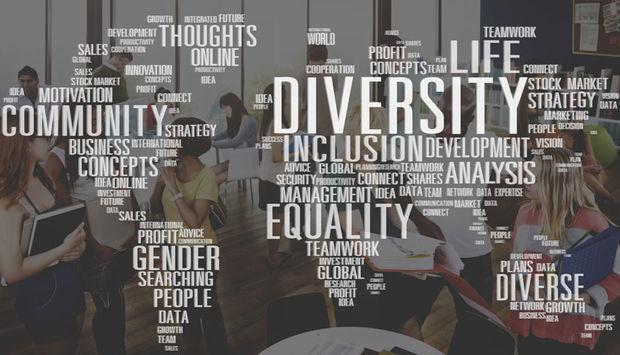 mehrere Junge Menschen unterhalten sich im Hintergrund. Im vordergrund sind Wortwoklen in Form einer Weltkarte u.a. mit den Worten: Diversity, Equality, Life, Gender