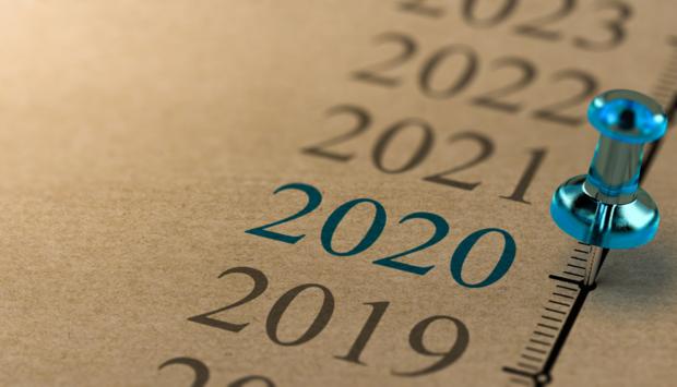 Auf einem braunen Papier ist eine Timeline mit den Jahreszahlen von 2019 bis 2023 abgedruckt. Das Jahr 2020 ist blau markiert und eine blaue Pinnnadel steckt im Papier, dem Jahr als der Anschlag in Hanau begangen wurde.