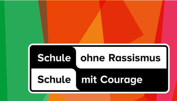"""Das Logo des Netzwerks """"Schule ohne Rassismus - Schule mit Courage"""" auf einem bunten Hintergrund."""