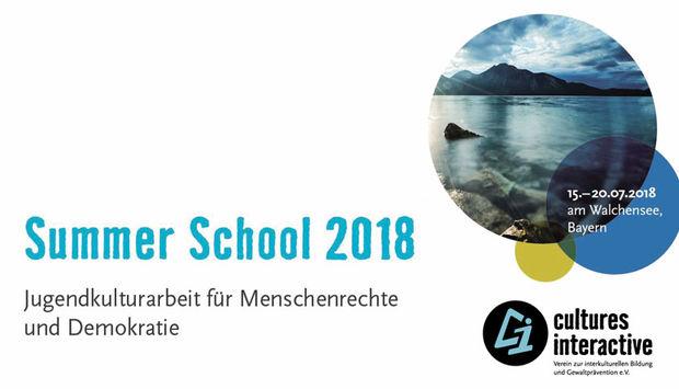 rechts unten das Logo von Culutures interaktive und mitten im Bild der blaue Schriftzug: Summer School 2018. Darunter der Text: Jugendkulturarbeit für Menschenrechte und Demokratie
