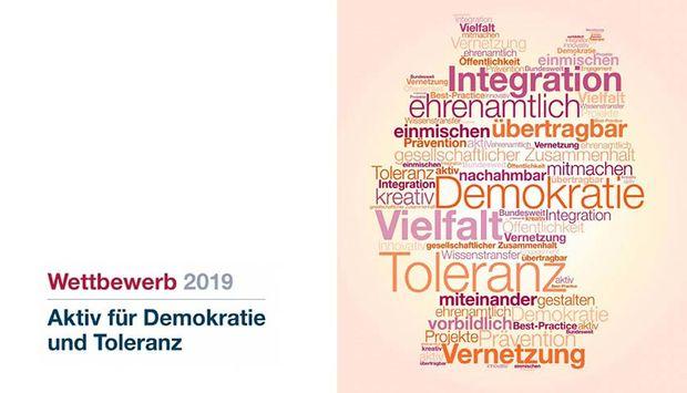 Wettbewerb für Demokratie und Toleranz steht neben einer Wortwolke in Deutschlandform, u.a. mit der Wörtern: Integration, Toleranz, Vielfalt, Vernetzung