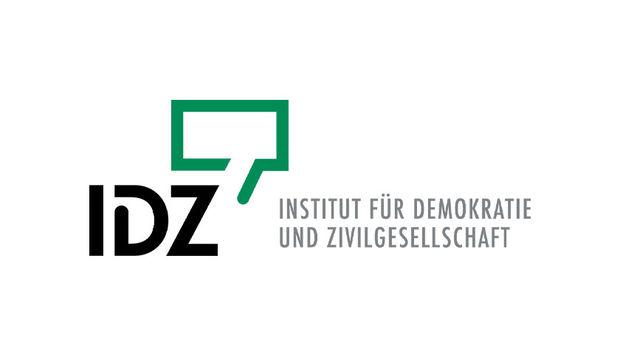 Das Logo des Institut für Demokartie und Zivilgesellschaft. In Großen Buchstaben IDZ ist eine grüne, eckige Sprechblase.