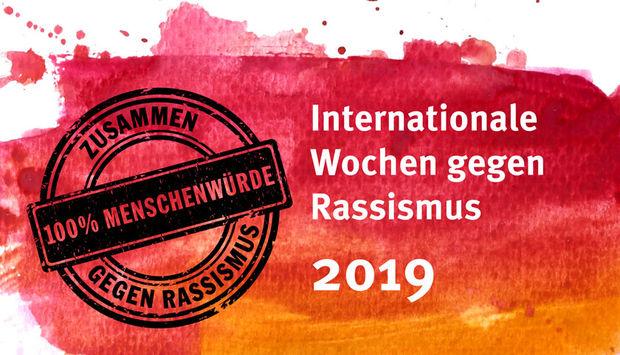 Das Logo der Internationalen Wochen gegen Rassismus auf roten Wasserfarbenflecken. Die Wochen finden vom 7.-24.März 2019 statt.