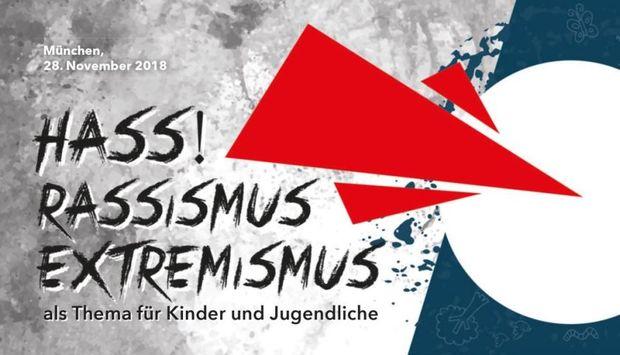 """In schwarzer Schrift auf grauem Hintergrund ist der Veranstaltungstitel: """"Hass! Rassismus und Extremismus als Thema für Kinder und Jugendliche"""" geschrieben. Rechts daneben zeigen drei rote Dreiecke auf einen weißen Kreis."""