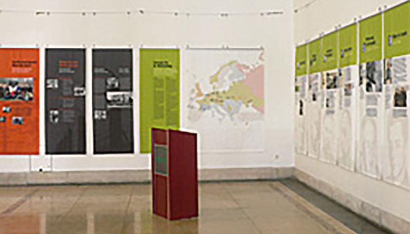 Das Bild zeigt die aufgebaute Ausstellung und ein Rednerpult