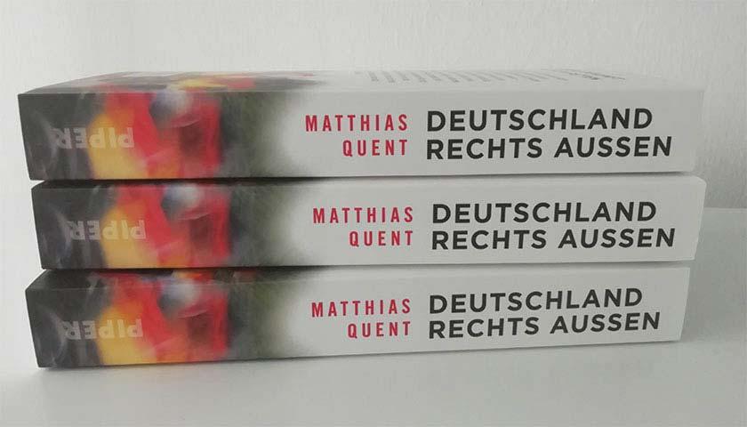 """Drei Bücher """"Deutschland rechts aßen"""" leigen aufeinander."""
