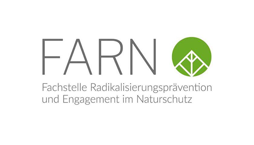 """Weißes Rechteck mit Aufschrift """"Farn. Fachstelle Radikalisierungsprävention und Engegement im Naturschutz"""" sowie das Logo von Farn (grüner Punkt mit Blattspitze)."""